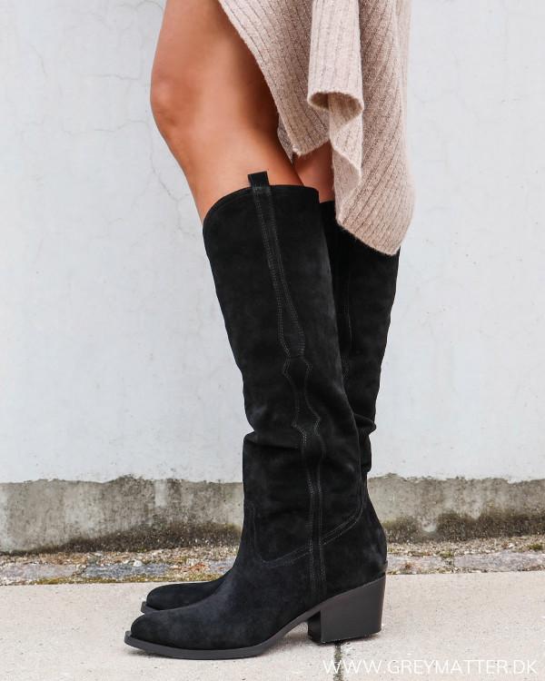 Apair sorte støvler med western udtryk