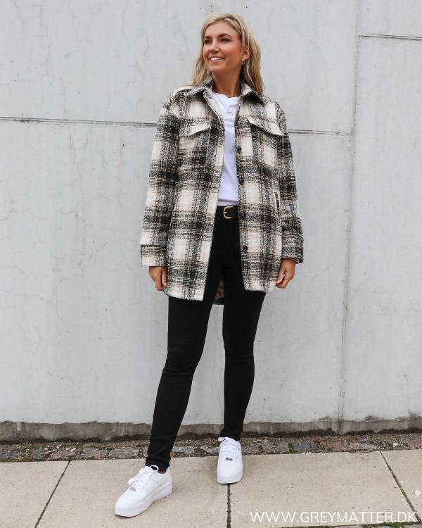 Pike jakke fra Neo Noir stylet med sorte bukser og hvid tee