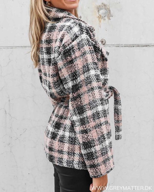 Ternet jakke fra Neo Noir i rosa
