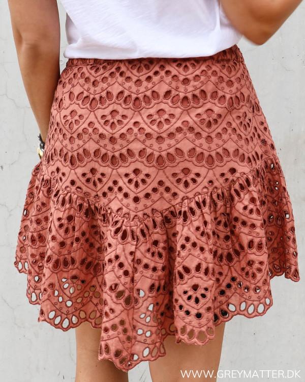 Lækker nederdel i rust rød fra YAS