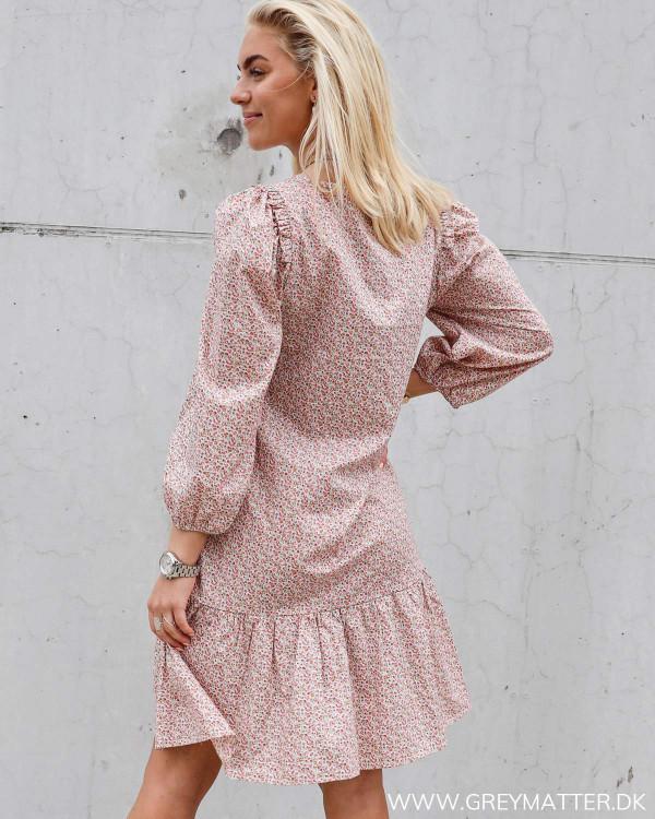 Kjole fra Pieces i lyserøde farver