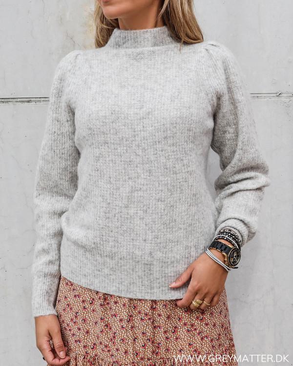 Marlia strik bluse i lysegrå fra Neo Noir