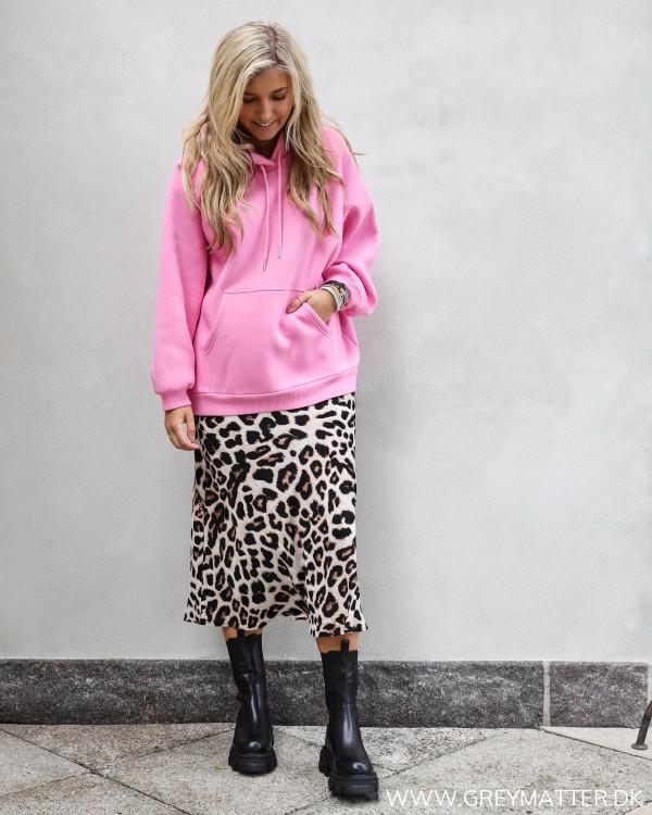 Sweatshirt fra Neo Noir i pink stylet med lækker leopard nederdel fra Neo Noir