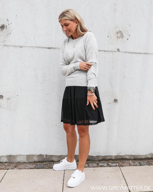 Neo Noir strik bluse stylet med Vila vidavis sort nederdel kort udgave