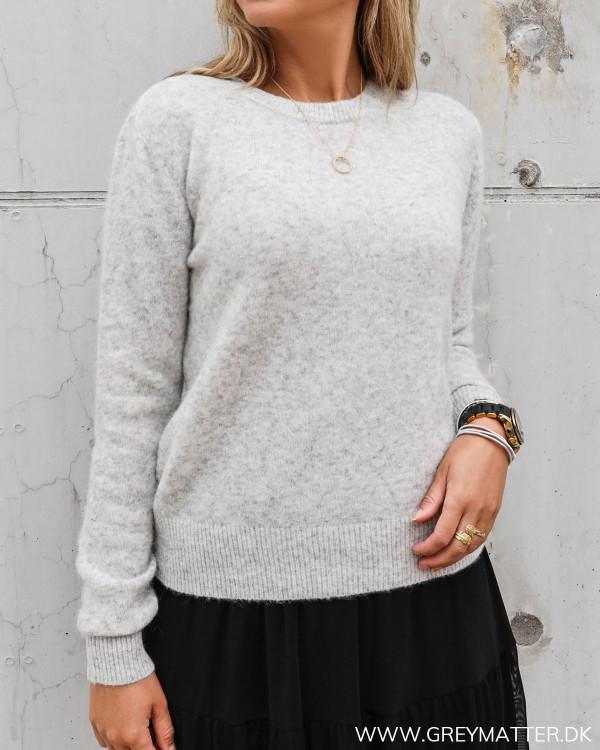Strik bluse fra Neo Noir Dina light grey knit