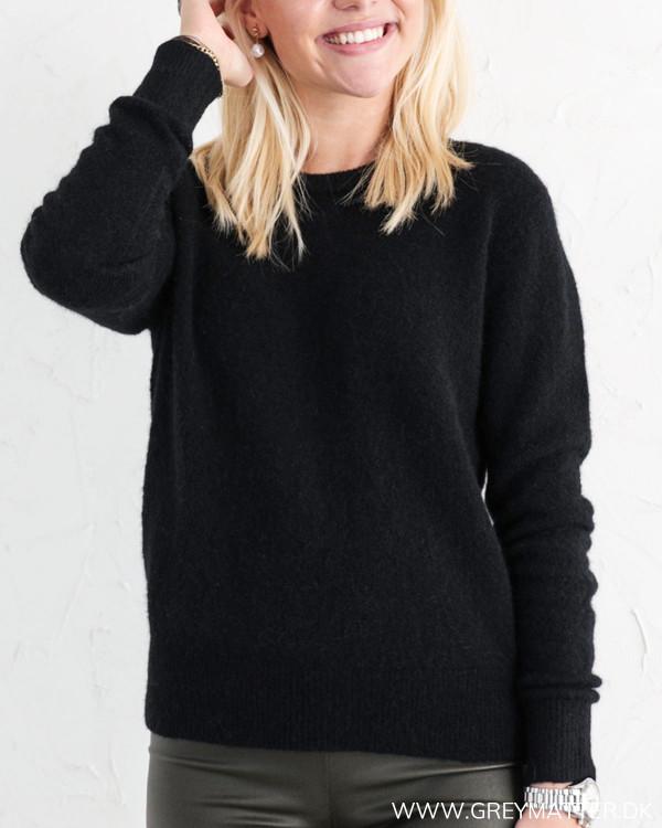 Sort strik bluse fra Neo Noir Dina knit