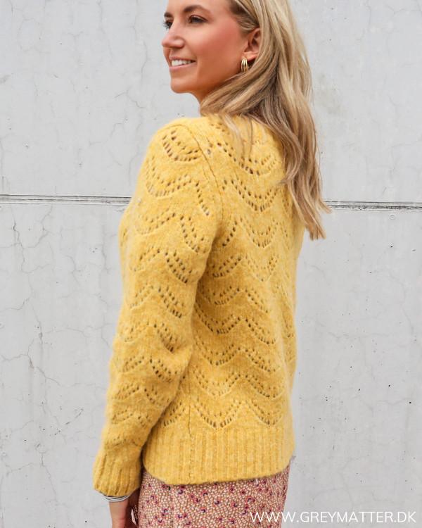 Strik bluse til damer i gul fra Pieces