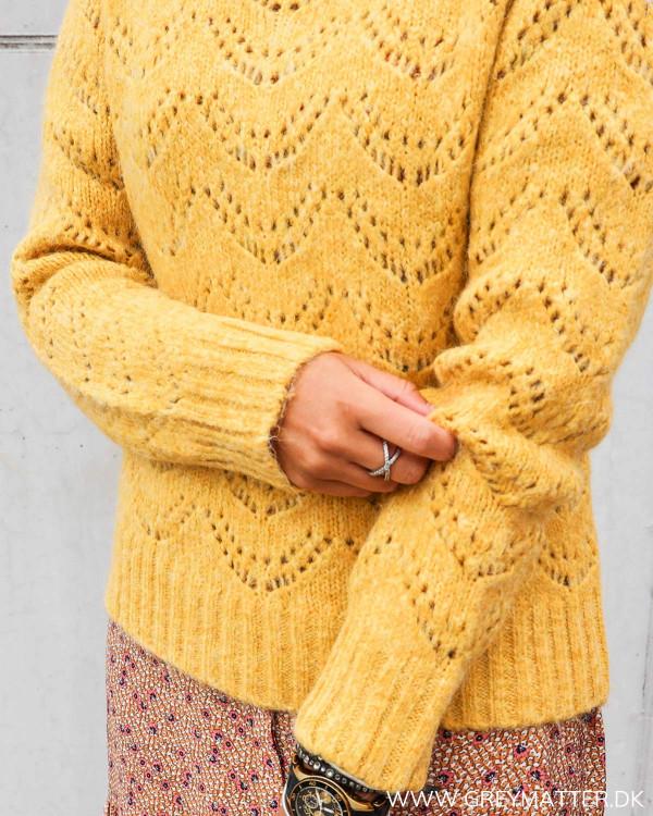 Lækker strik bluse fra Pieces i golden nugget farve