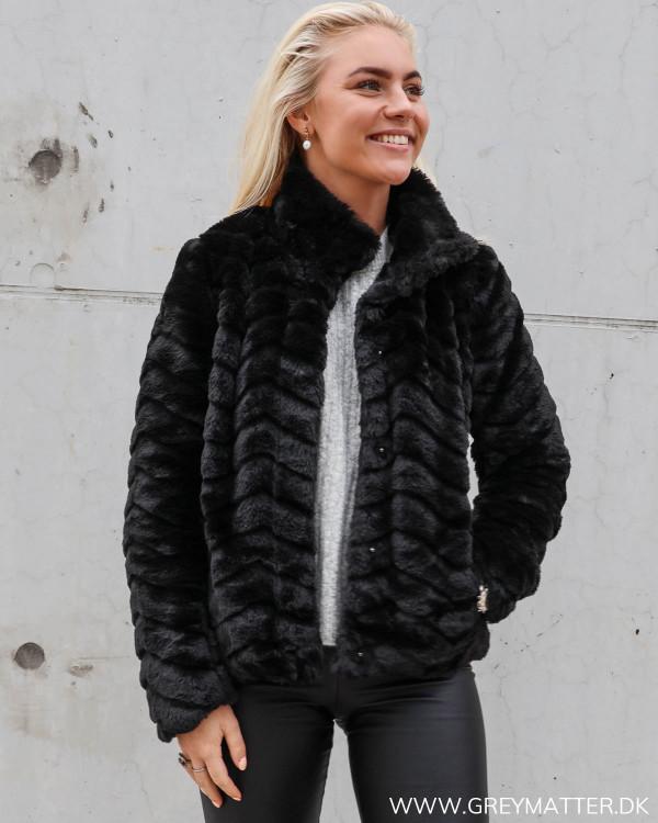 Sort Faux Fur jakke fra Vila