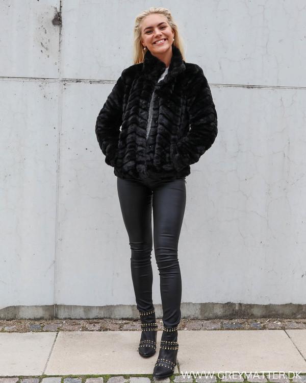 Faux fur jakke fra Vila, stylet med rå coatede leggings fra Vila og nitte støvler fra Apair