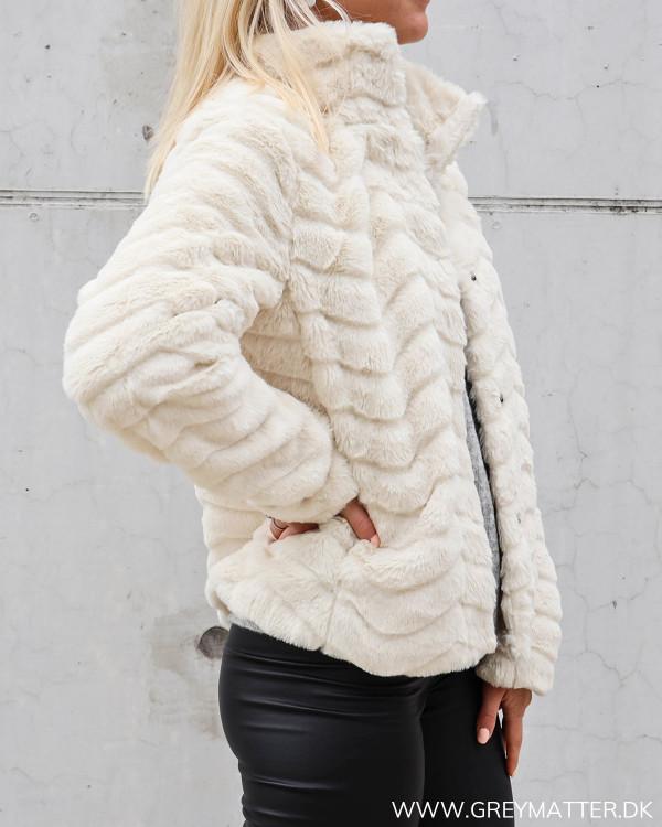 Faux fur jakke fra Vila med smukke detaljer