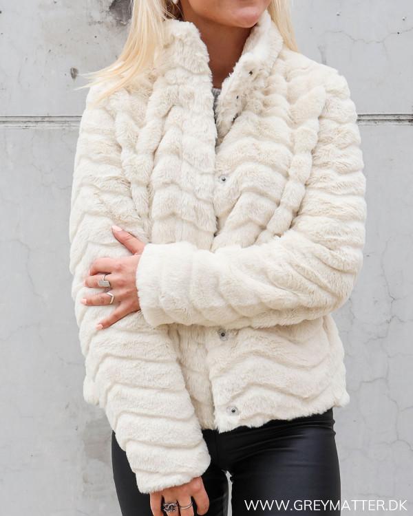 Faux fur jakke fra Vila i lys sand