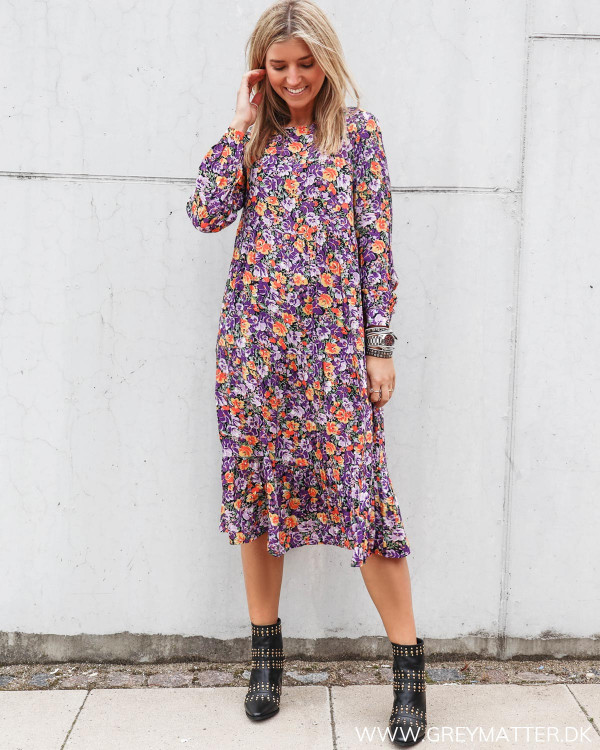 Hverdags kjole fra Pieces med rund halsudskæring og lange ærmer