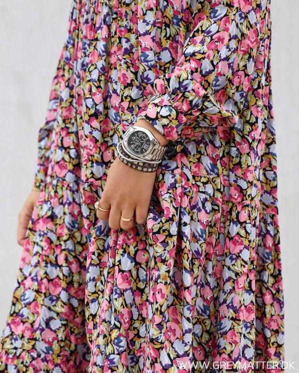 Hverdags kjole med print i lyserøde farver