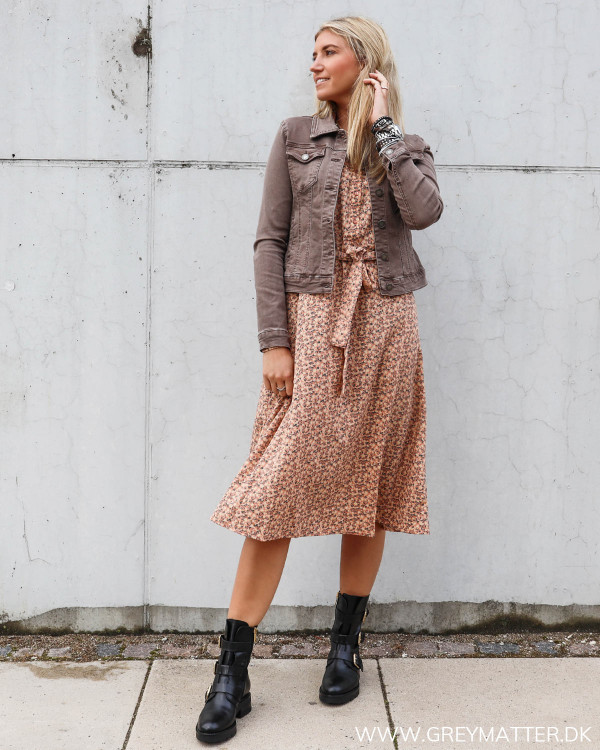 Kjole fra Pieces stylet med taupe farvet denim jakke og Apair støvler