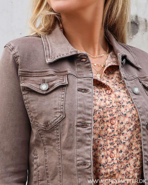 Taupe farvet jakke stylet med Pieces kjole
