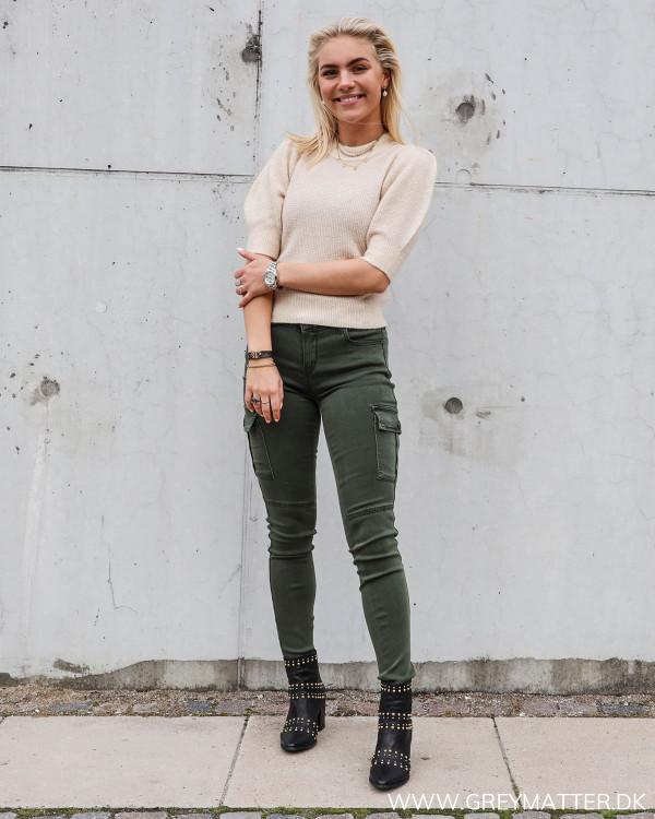 Strik bluse fra Neo Noir stylet med Cargo bukser og nittestøvler