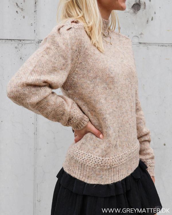 Trøje i strik til damer med mønster og hul ved skulder