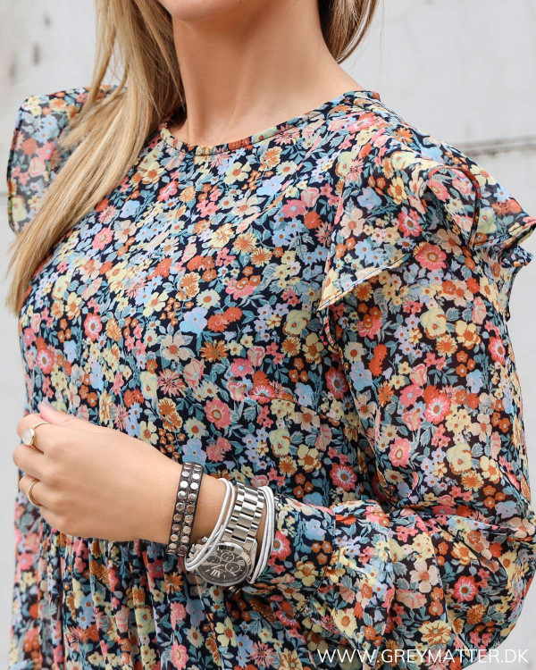 Kjole fra Pieces med blomsterprint og flæser