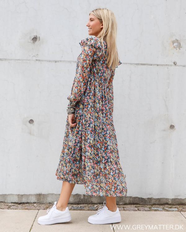 Hverdags kjole med lange ærmer og smukt blomster print