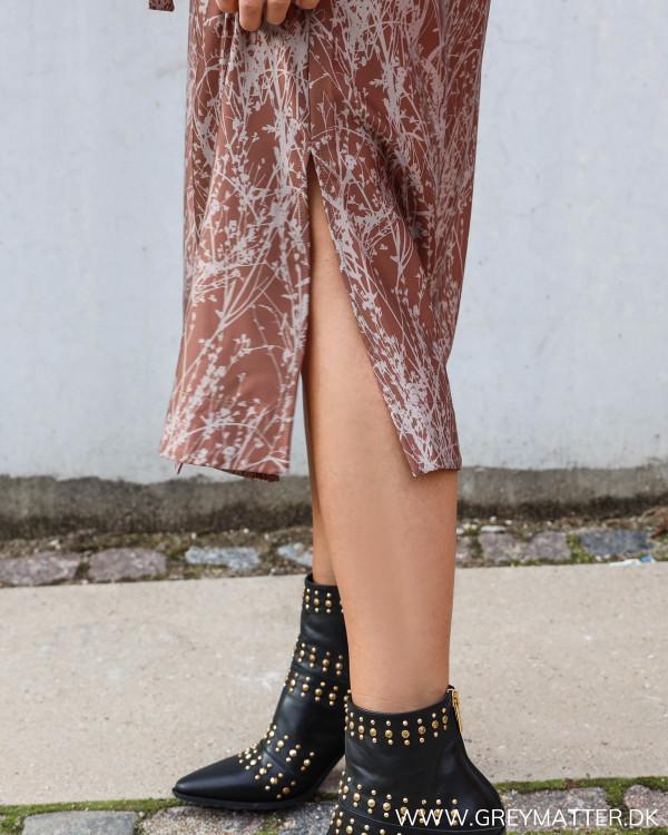 Karmamia kjole med print fra Grey Matter stylet med Apair støvler