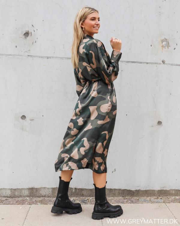 Kjole med camouflage print stylet med chunky støvler