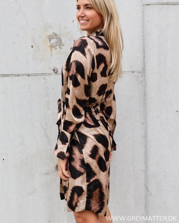Kjole fra Karmamia i big leopard print