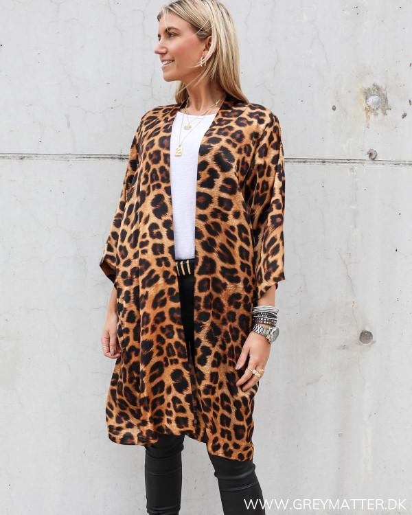 Kimono fra Karmamia Cph. i leopard print