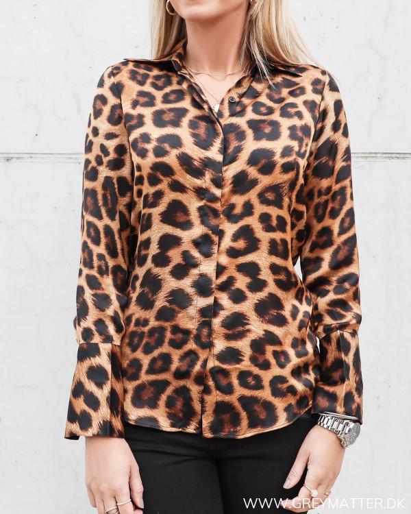 Zoe skjorte fra Karmamia med leopard print