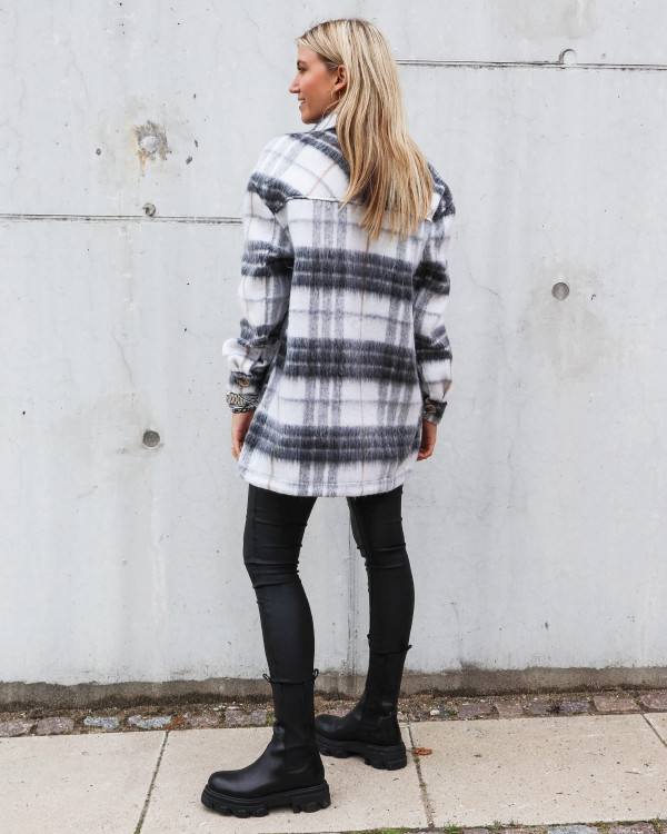 Ternet jakke fra Pieces stylet med chunky boots fra Apair