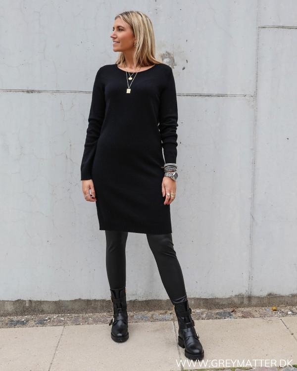 Sort kjole i strik fra Vila viril serien, stylet med leggings fra Pieces Pcnew shiny leggings