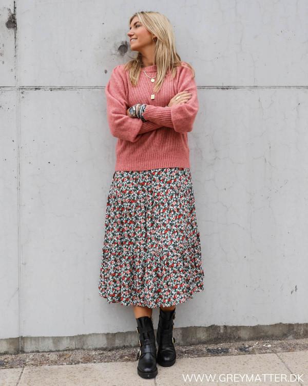 Pieces kjole med blomsterprint stylet med Kelsey Neo Noir strik