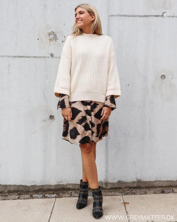 Strik bluse fra YAS stylet med Karmamia big leo print kjole og Apair støvler