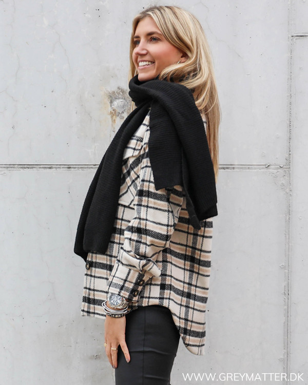 Sort tørklæde stylet med ternet jakke