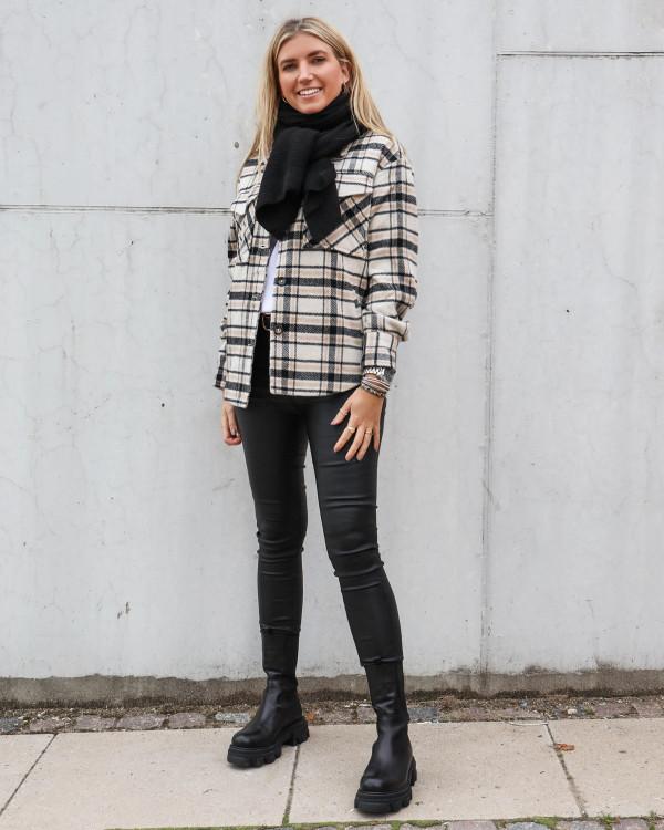 Ternet jakke til damer stylet med sort tørklæde
