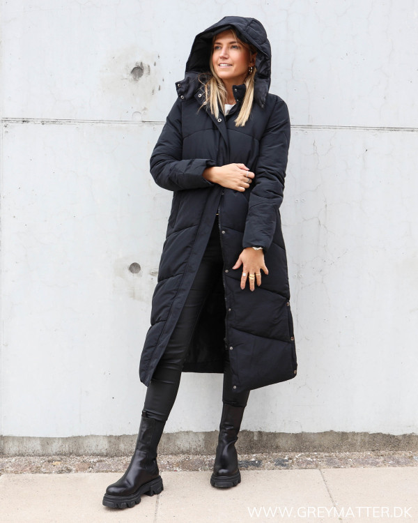 Neo Noir sort Taran frakke til damer stylet med chunky boots