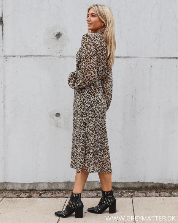 Kjole fra Vila med print stylet med smukke nitte støvler fra Apair