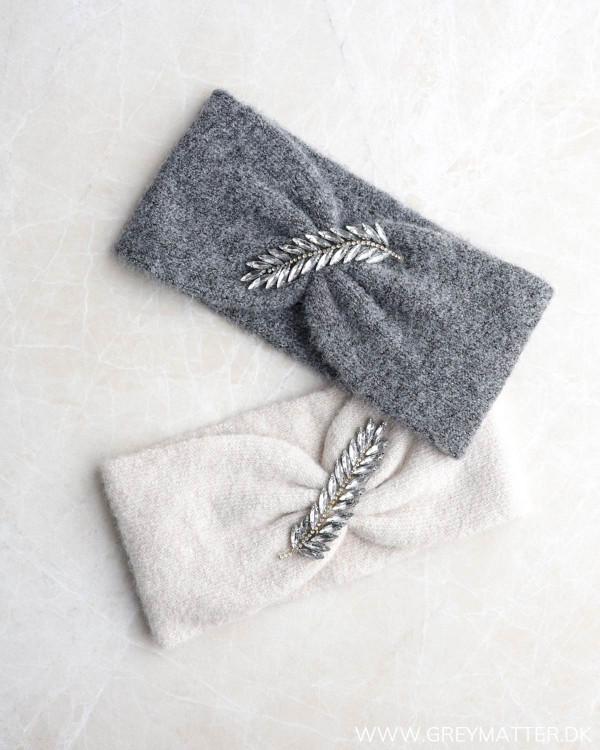 Pieces pandebånd i grå og lys med fjer foran