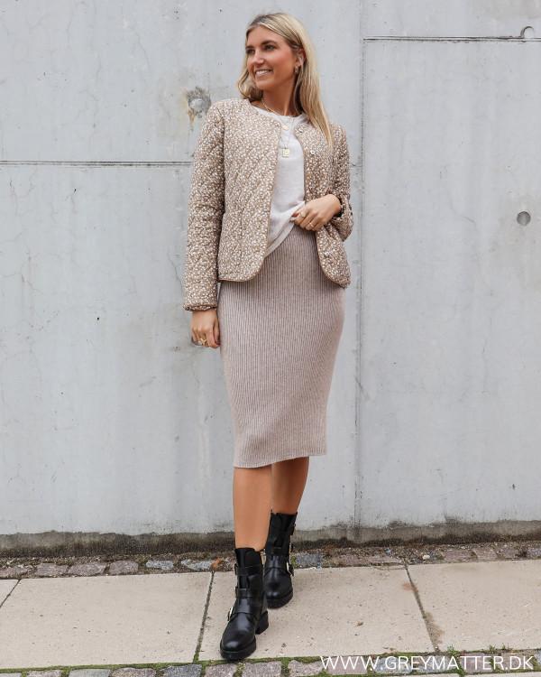 Quilted jakke fra Pieces i beige farver stylet med strik nederdel fra Vila