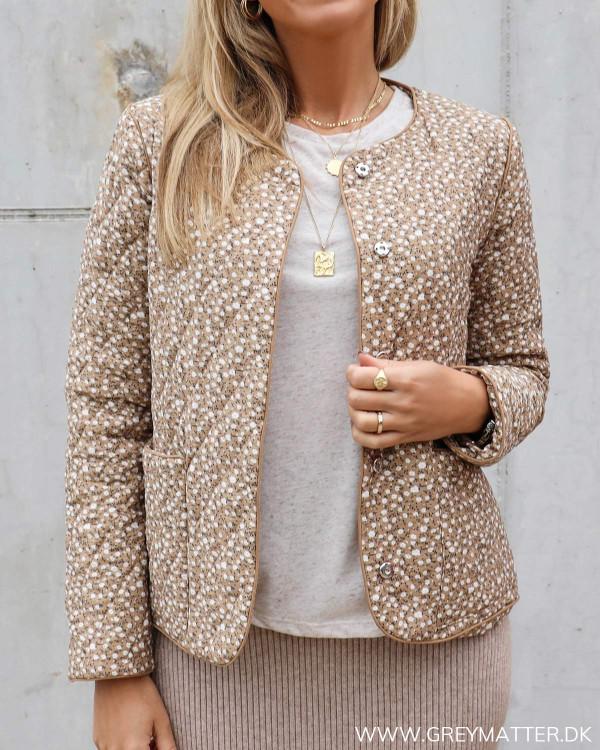 Quilted jakke fra Pieces i smukke sandfarver