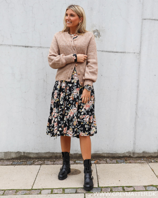 Pieces kjole med blomsterprint PCmaggi, stylet med YAS cardigan i taupe