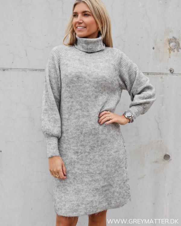 Yas strik kjole i grå med knapper