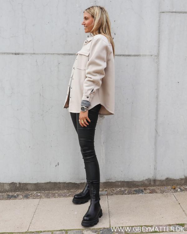 Vila jakke til damer stylet med sorte coatede bukser