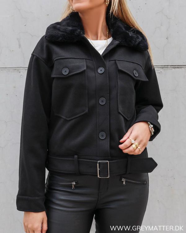Sort jakke fra Pieces med faux fur krave