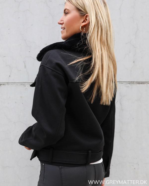 Sort jakke fra Pieces med cool bælte og krave