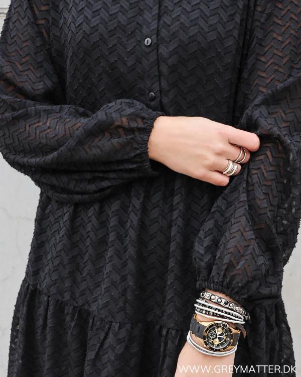 Smuk sort kjole med burn out effekt i partisan fra Vila