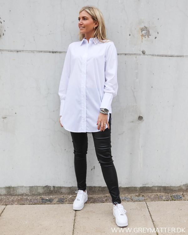 Vila hvid skjorte og sorte leggings fra Pieces, stylet med Nike Air Force Sage