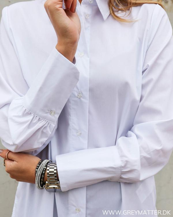 Lækker skjorte til damer i hvid fra modemærket Vila