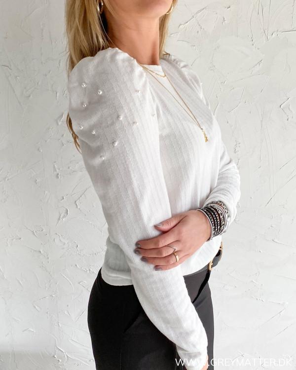 Smuk bluse med perler på skulder fra Vila