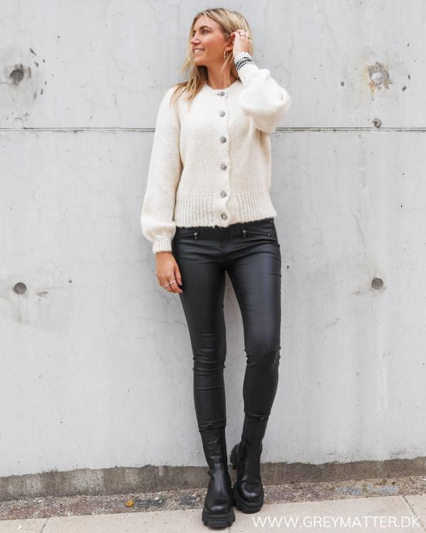 Cardigan fra Only stylet med rå coatede bukser og chunky boots